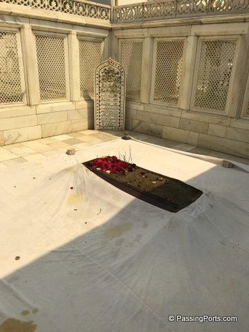 Simple resting place for Aurangazeb